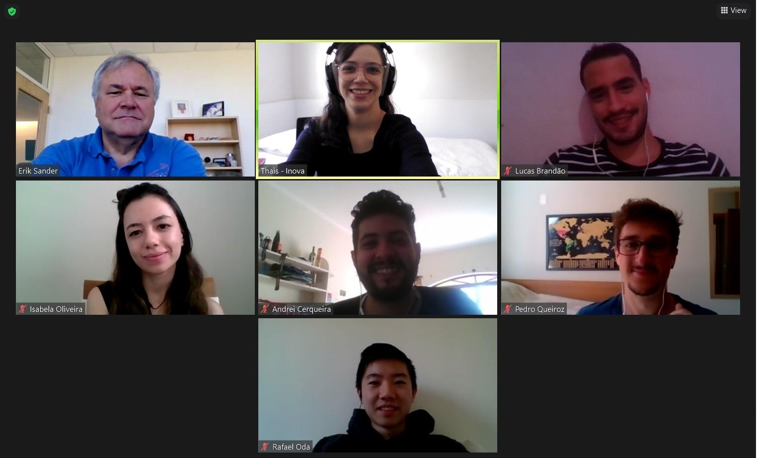 Sete Pessoas sorrindo para câmera em chamada virtual