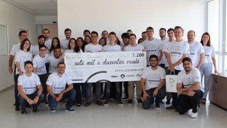Alunos e organização do Hackathon com o cheque de prêmio