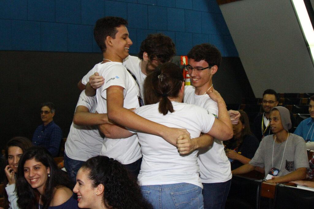 Equipe vencedora do Inova Jovem 2018 abraçados e comemorando a vitória