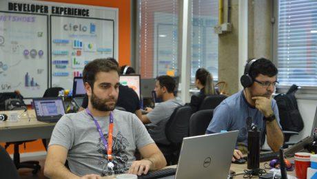 Funcionários trabalhando em frente ao computador