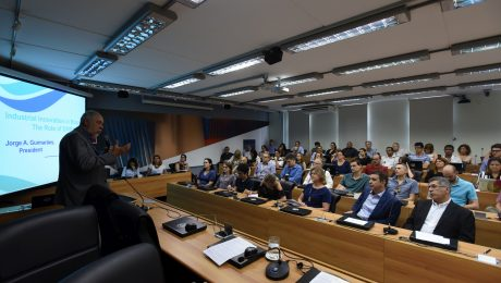 Professor Guimarães apresenta a EMBRAPII para auditório lotado na Unicamp