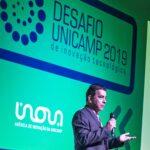 Prof. Newton Frateschi abre o Desafio Unicamp 2019. O fundo do evento é verde com logo em azul.