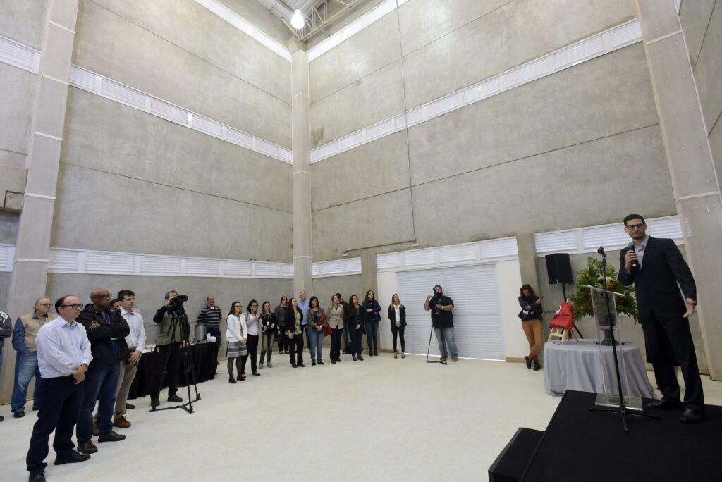 """Foto interna da """"planta piloto"""" do LIB durante a inauguração"""