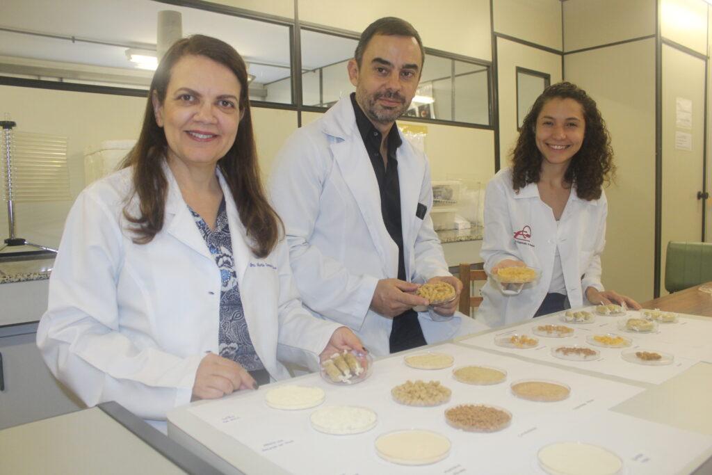 Da esquerda para a direita estão a Prof. Maria Teresa Clerici, o Prof. Jorge Behrens e a doutoranda Ulliana Sampaio.