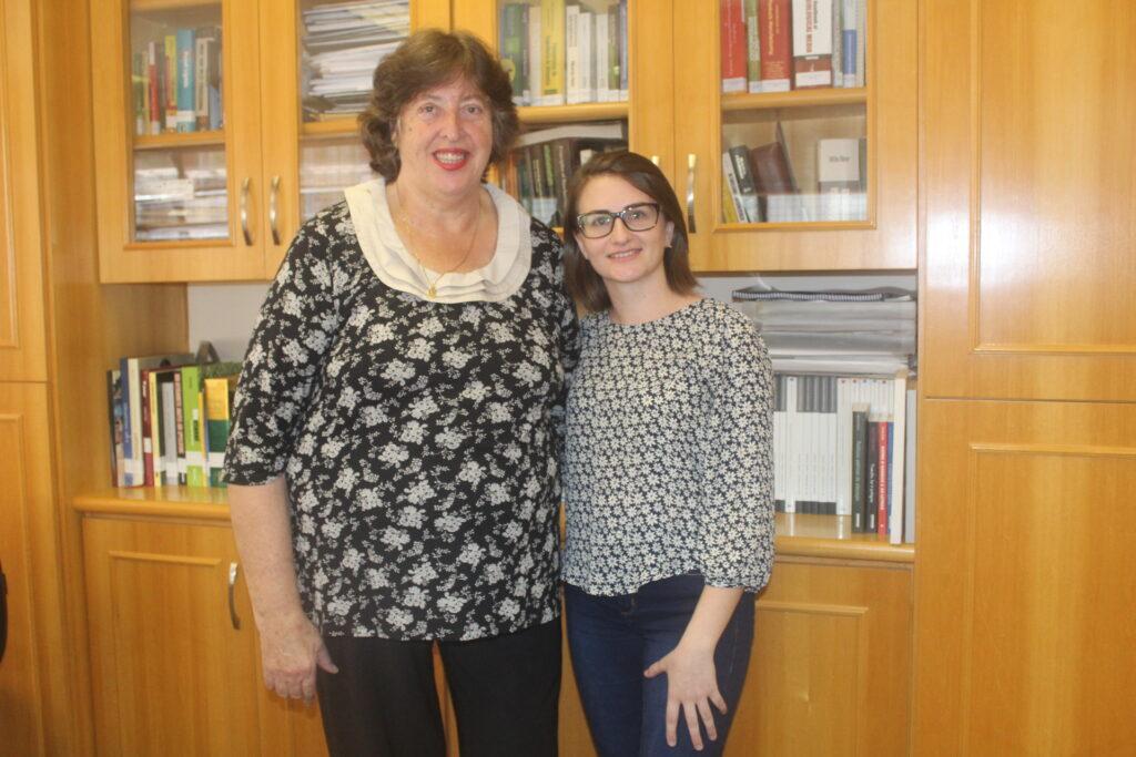 Da esquerda para direita, estão em pé a Prof. Glaucia Pastore da FEA e a doutoranda Aline Zanotto