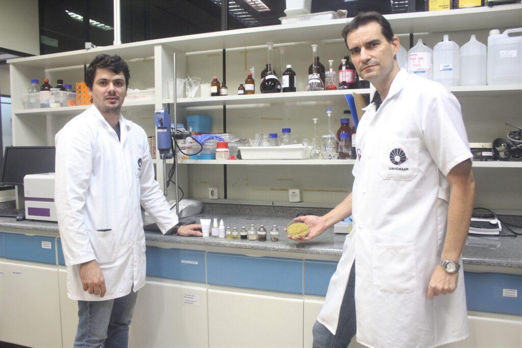 Da esquerda para direita estão em pé no laboratório o Dr. Phelipe dos Santos (pesquisador da FEA e da Rubian) e o Prof Julian Martínez da FEA