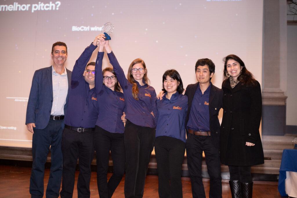Equipe BioCtrl com troféu e Prof. Newton Frateschi e Adriana Petrella da Novartis