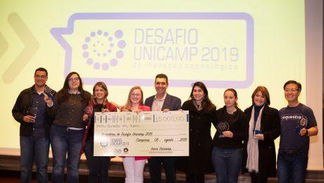 Equipe Esma com troféus e cheque no valor de 15 mil reais junto com o Prof. Newton Frateschi da Inova Unicamp e Adriana Petrella da Novartis