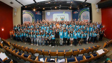 Participantes no palco de mãos levantadas