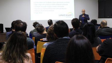 Foto de José Augusto Moura em frente ao público do 1º meetup UV