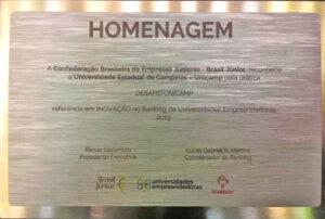 Placa de homenagem ao Desafio Unicamp como melhor prática inovadora do país