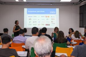 Marina Zanatta apresenta enquanto Iara Ferreira tira dúvidas