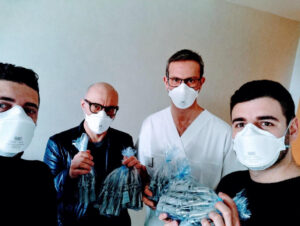 Equipe da startup de máscara segurando as válvulas empacotadas