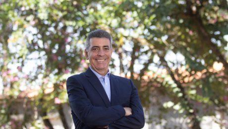 Prof. Newton Frateschi em frente a árvores da Fazenda Argentina