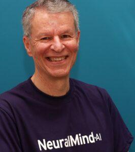 Professor Roberto Lotufo usando a camiseta roxa com o escrito NeuralMind-AI