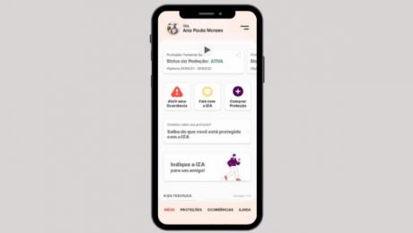 A imagem possui fundo cinza com a arte de um celular ao centro. Na tela desse celular está uma prévia do aplicativo de seguro da IZA.