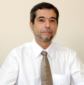 O docente e pesquisador, Vivaldo Silveira Junior, co-inventor da tecnologia do desidratador de ervas.