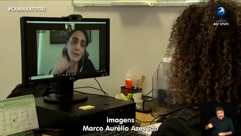 Pesquisadora Priscilla Efraim é entrevistada de forma remota com apoio de computador