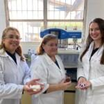 Pesquisadoras mostram materiais usados na produção das partículas gastrorresistentes