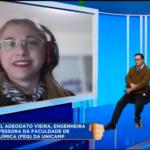 Pesquisadora, em entrevista remota, divide a tela com o apresentador