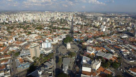 Vista aérea de Campinas com a Torre do Castelo ao centro