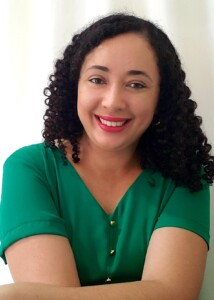 A pesquisadora Ana Paula é morena e tem cabelos cacheados