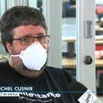 Homem branco de barca e cabelos grisalhos, veste camisa preta. Ao fundo cenário de um escritório.