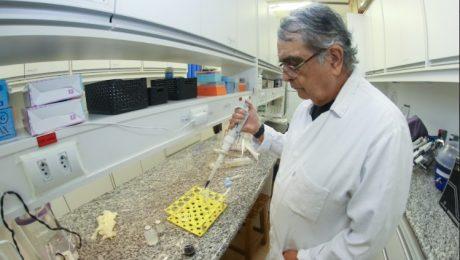 Professor Duran no laboratório. Ele é branco, tem mais de 60 anos, cabelos grisalhos e veste jaleco.